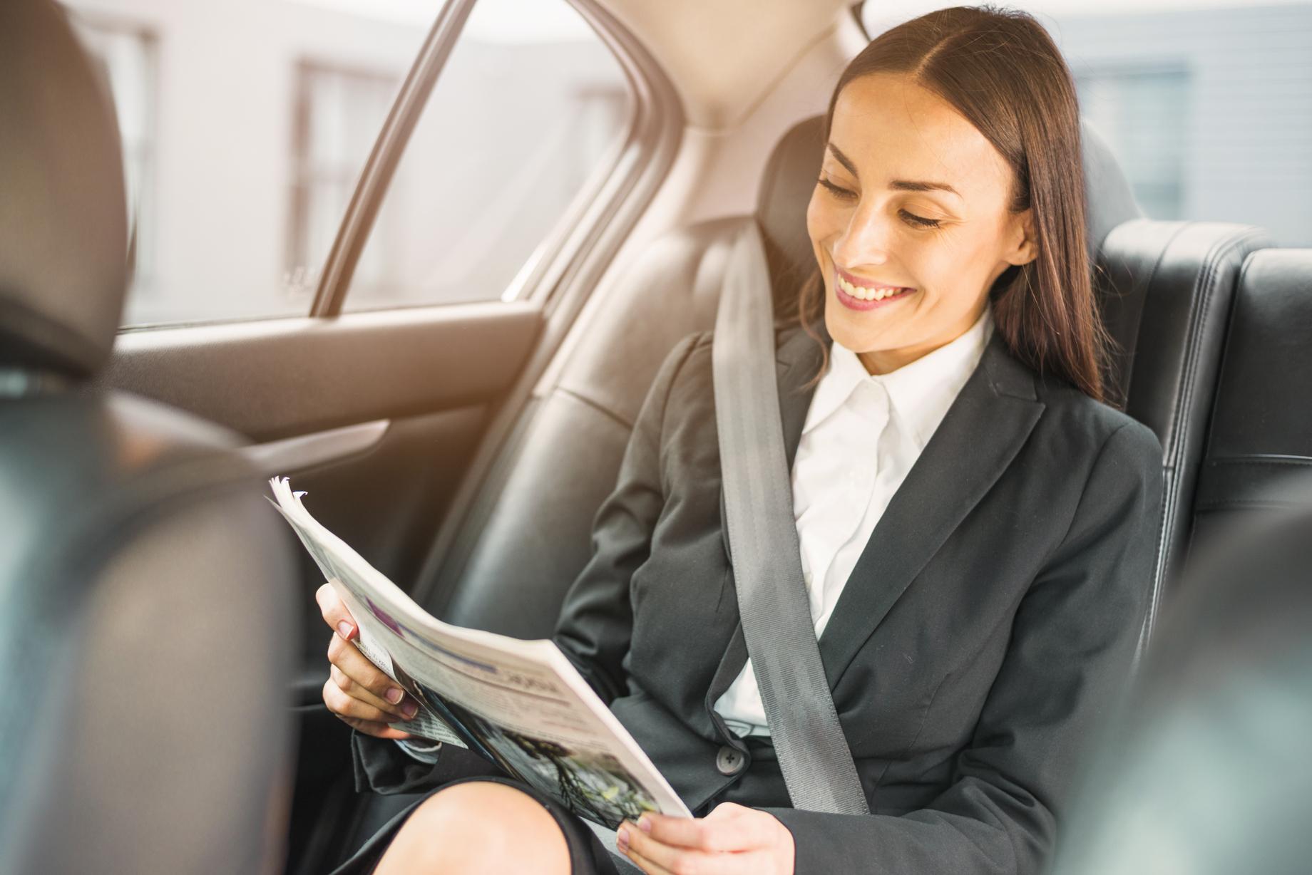 femme d'affaire dans un taxi